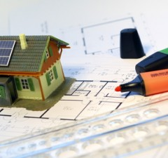 Maquette de maison solaire avec des plans.